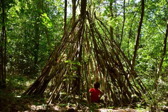 Kind sitzen Hütte Wald