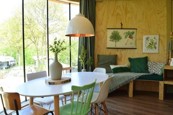 Baumhaus Wohn-Essbereich Tisch Stühle