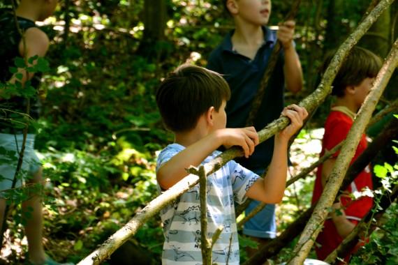 Hütten bauen Junge Wald