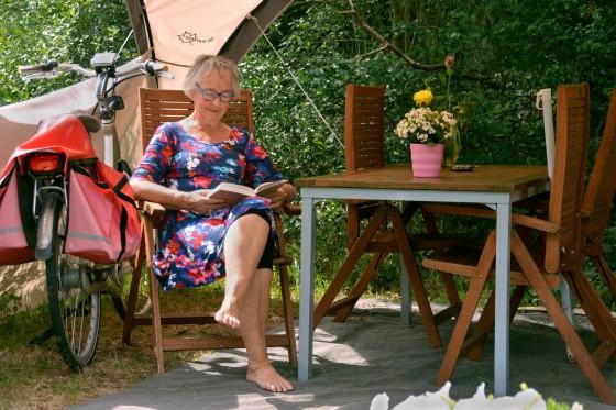Frau lesen Buch Campingplatz
